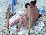 Porno op het strand met een vriendin doet orale seks