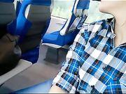 Een exhibitionist vriendin maakt orale seks in een trein