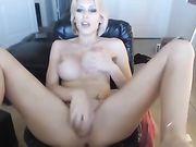 Amerikaanse vrouw maakt anale penetratie met een dildo
