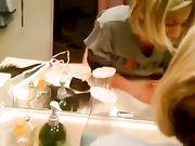 Echtgenoot maakt seks met vrouw in de badkamer