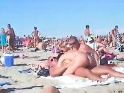 Porno op het strand met een geil stel