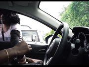 Het meisje let op een mens die in zijn auto masturberen